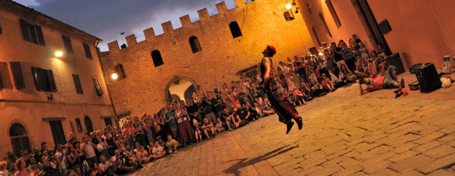 Фестиваль уличного театра Меркантия в Чертальдо
